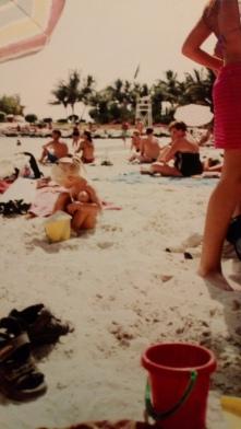 Med bøtte på stranden